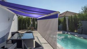 Store de terrasse Roche devant une piscine